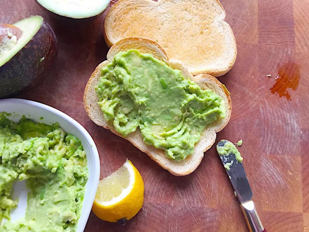Quả bơ tươi phết bánh mì nướng ngũ cốc nguyên hạt