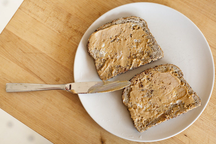 Bánh mì nướng ngũ cốc nguyên hạt với bơ hạnh nhân