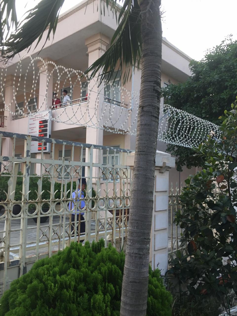 Dây thép gai bảo vệ ngôi nhà