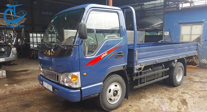 Gọi điện thoại nhờ sự hỗ trợ của nhân viên kinh doanh xe tải Jac 2.4 tấn