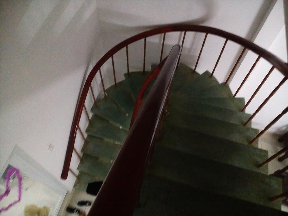 Cầu thang bộ trong nhà cao tầng