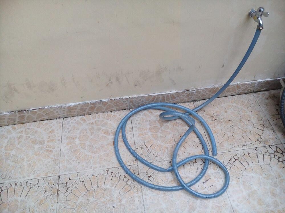 Cuộn dây, đường nước dùng để tưới cây
