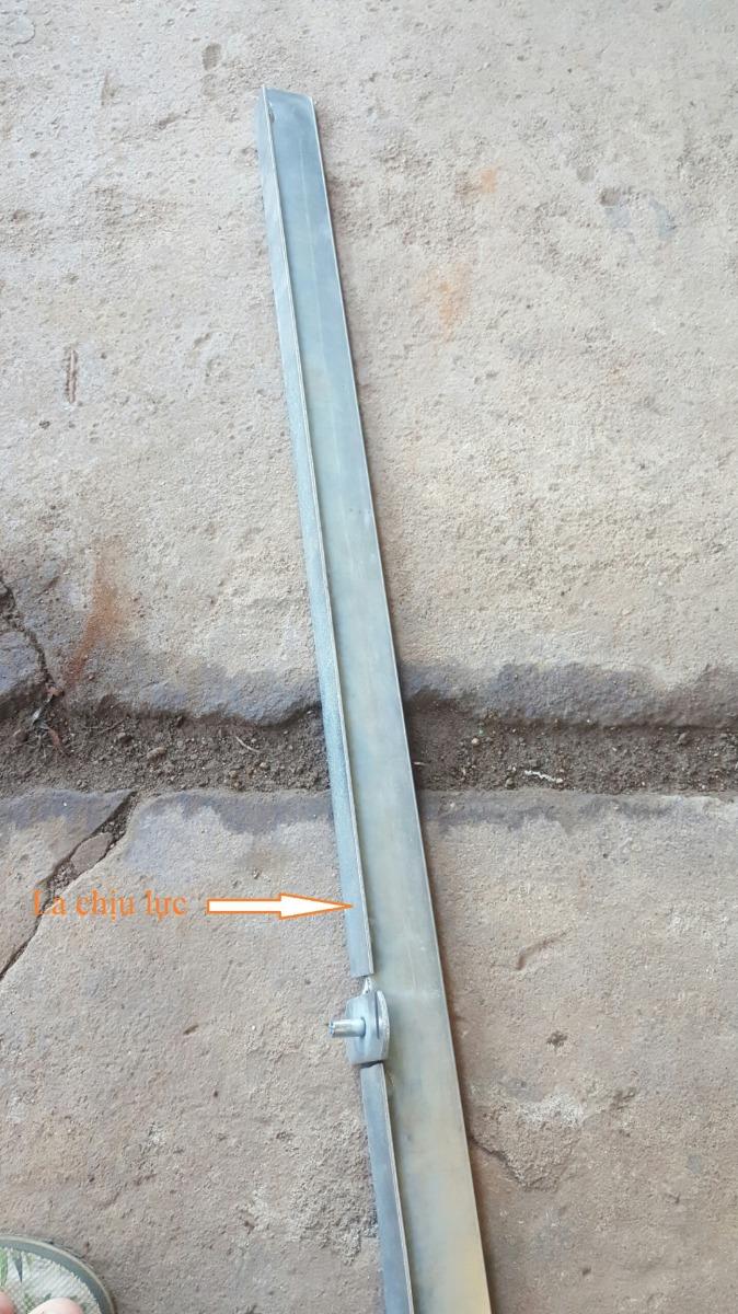 Ray mạ kẽm sáng bóng bảo vệ bề mặt chống rỉ sét và có la chịu lực giúp cửa vận hành ổn định