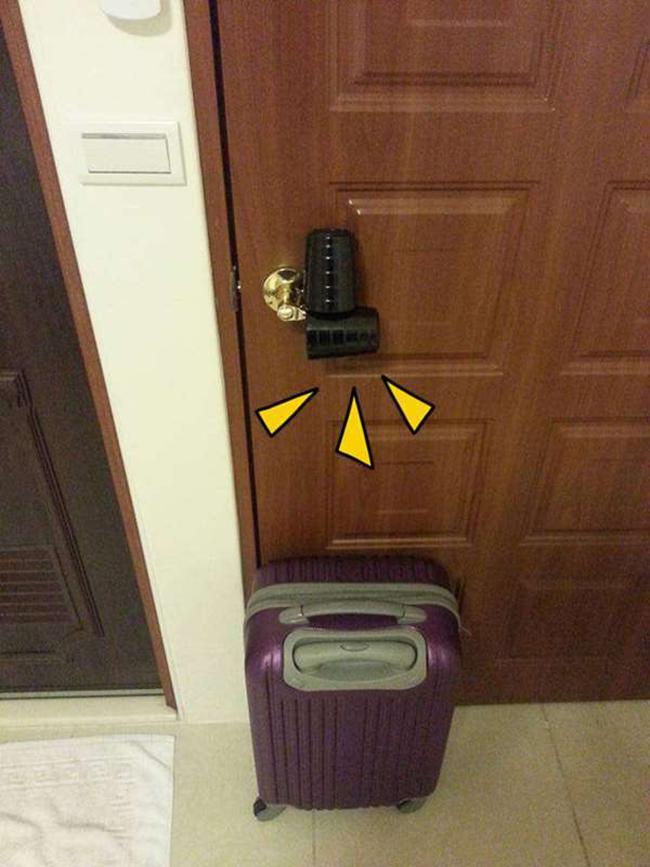 Đặt 2 thứ này trên cửa sẽ cứu được mạng bạn khi ở khách sạn 1 mình